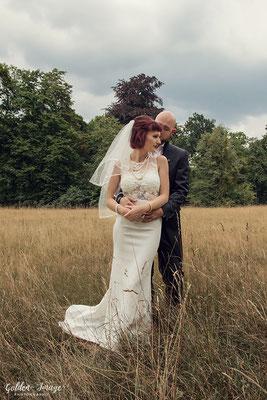 Braut wird von ihrem Bräutigam umarmt