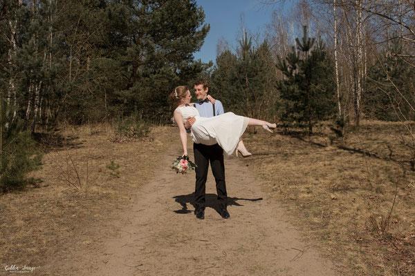 Bräutiam trägt Braut auf Händen