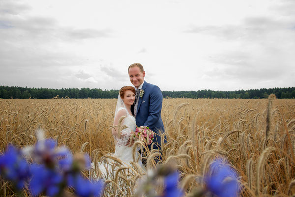 Braut und Bräutigam im Getreidefeld