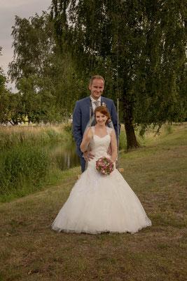 Braut sitzt auf der Schaukel