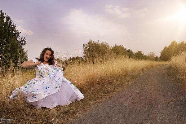 Trash the Dress - Die Braut sitzt am Wegesrand und zerstört ihr Kleid