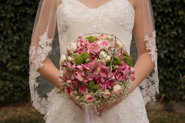 Der Brautsrauß in der Hand der Braut