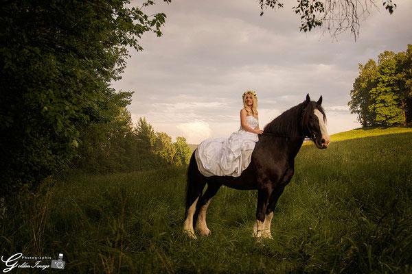 Die Braut reitet auf ihrem Pferd