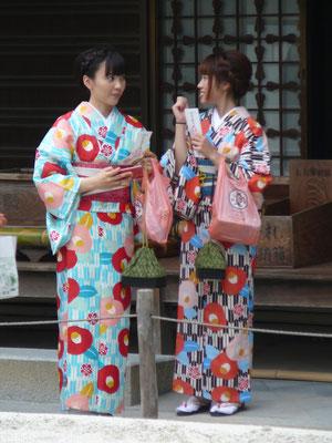 Moderne, farbenfrohe Kimonos