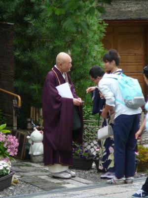 Welche Rat wird dieser buddhistische Mönch dem jungen Paar mit auf den Weg geben?
