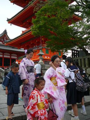 Traditioneller Kimono und (Schul-) Uniform: überall anzutreffen in Kyoto