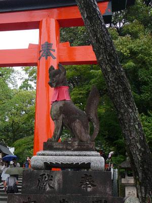 Inari-Statue vor dem Fushimi-Inari Schrein: schlau wie ein Fuchs?