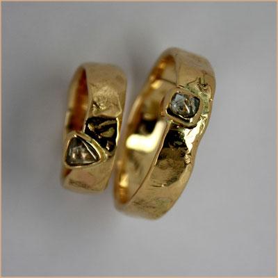 Goldene Gussringe mit Naturdiamant