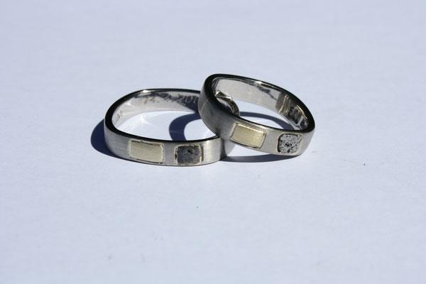 (08)Eheringe aus Palladium. Integriert sind ein Stück des alten Goldenen Rings und ein Stück Meteorit. Eckige Trauringe.