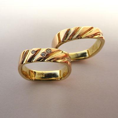 (03) Eheringe Rotgold außen und Gelbgold innen mit Sonnenstrahlen und Diamanten. Eckige Trauringe.