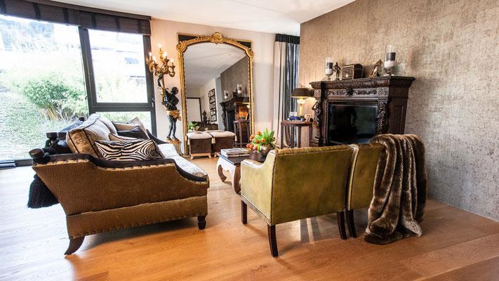 Klassisches Sofa mit Etro-Stoff und englische Ledersessel