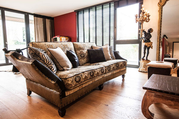 Englisches Sofa mit Etro-Stoff und Zierkissen