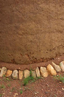 la terre du mur est striée avant sèchage
