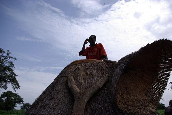 le fermier dans son grenier traditionnel est équipé d'un mobile !