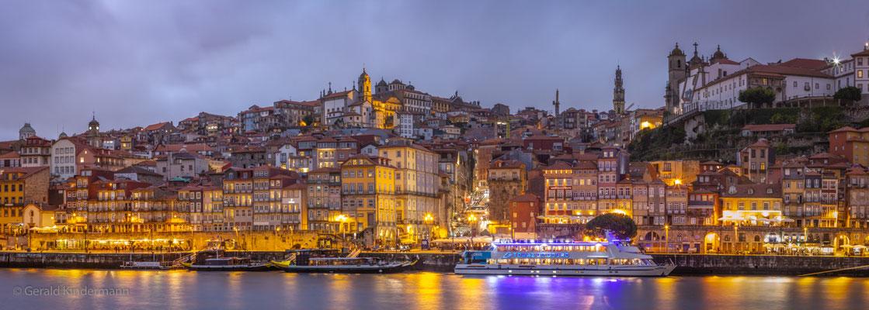 Stadtpanorama am Douro in der blauen Stunde