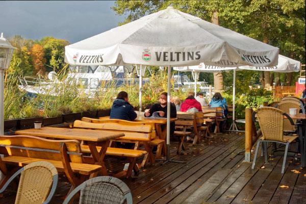 Es lohnt sich, die Marina Boot & Mehr am kleinen Pälitzsee anzusteuern, hier reicht der Biergarten bis zum Boot