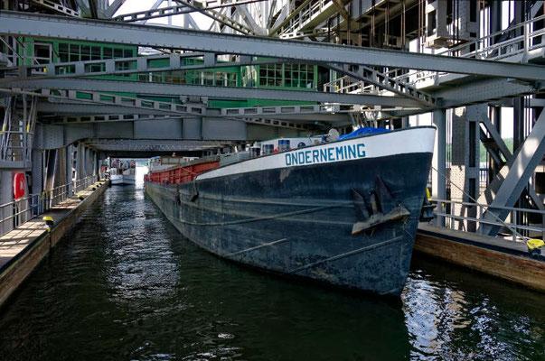 Der Trog ist 85 m lang, 12 m breit und hat eine Wassertiefe von 2,5 m