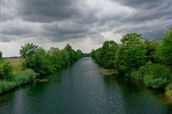 Blick auf das Ende des fertiggestellten Kanals in der Nähe von Günthersdorf.