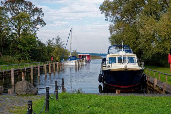 Der Naturhafen von Wesenberg liegt sehr zentral zum schönen Ort