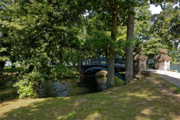 """Gleich daneben die romantische Brücke zur kleinen """"Liebesinsel"""""""