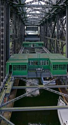Der Trog im Inneren hängt an Stahlseilen und wiegt 4300 Tonnen.