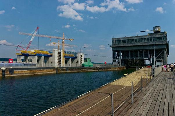 Die obere Einfahrt. Links im Hintergrund der Neubau.