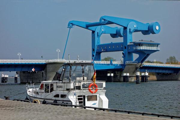 Die gewaltige Hubbrücke bei Wolgast