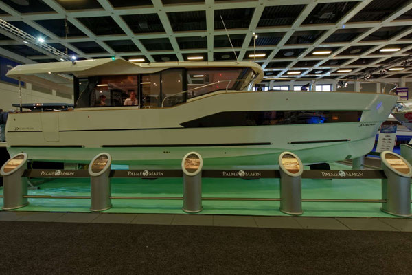 Palme Marin mit schicker Yacht