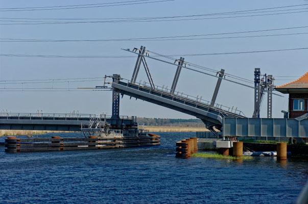Die Eisenbahnklappbrücke bei Anklam