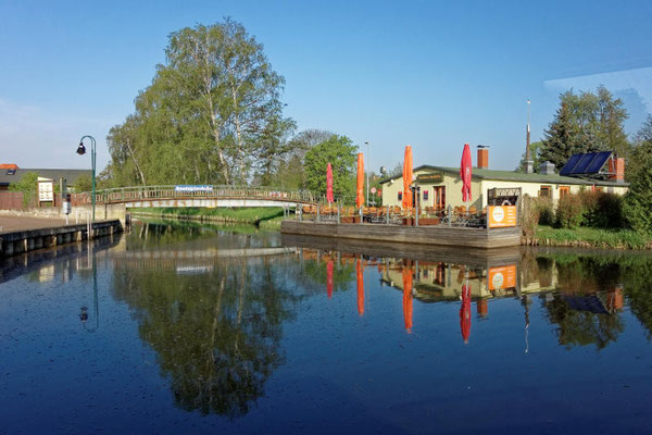 Der ruhige Hafen bietet eine Hafenbar mit Terrasse