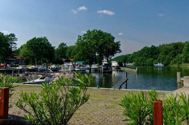 Bei der Marina Marienwerder kreuzt der Werbellinkanal die Havel-Oder-Wasserstraße.