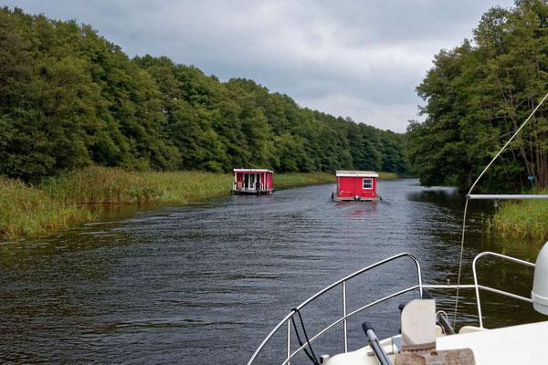 Sie sind überall, die Bungalowboote, aber das Revier ist auch ideal für diesen Bootstyp