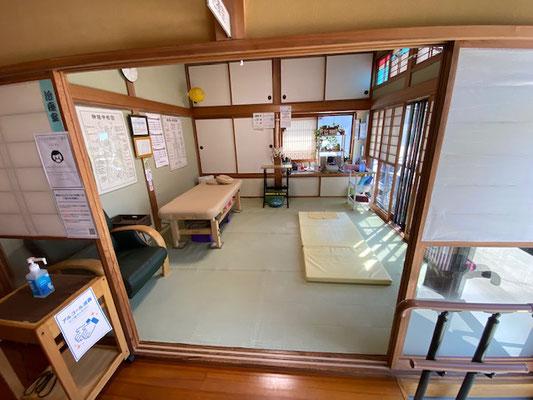 開放感のある治療室。お一人で心配な方には、お連れの方がお待ちいただける椅子もあります。