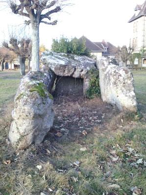 Dolmen de la Pierre Levée (Beaumont-la-Ronce)