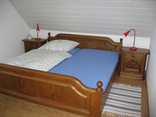 Schlafzimmer mit Doppelbett in Ferienwohnung 1