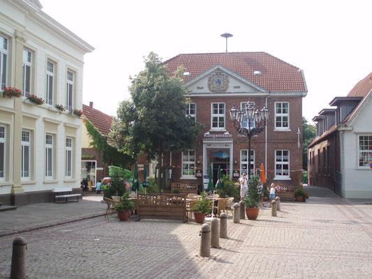 Neues und altes Rathaus in Esens