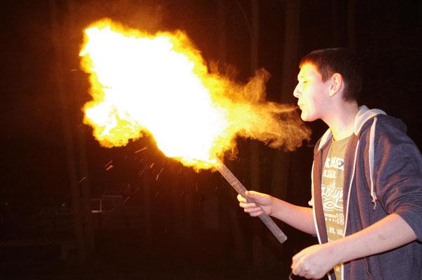 Nächtliche Feuershow für Mutige