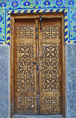 Je länger man vor der Tür zögert, desto fremder wird man. (Kafka) (Isfahan - Iran)
