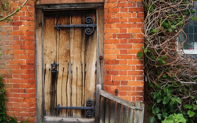 Der größte Schritt ist  der durch die Tür. (Packwood House / England)
