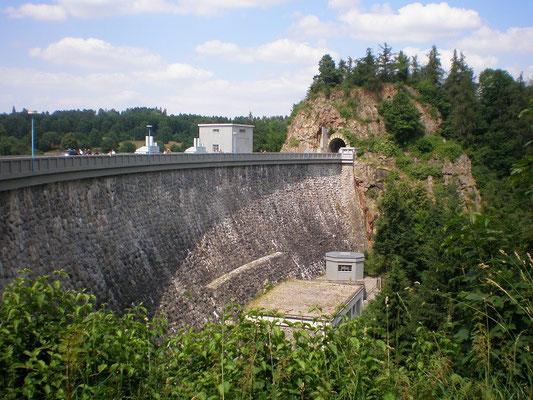 Staudamm mit seinem Tunel