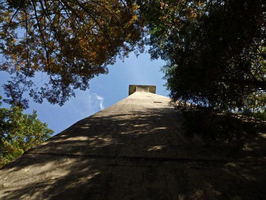 有越鉄索塔を見上げる