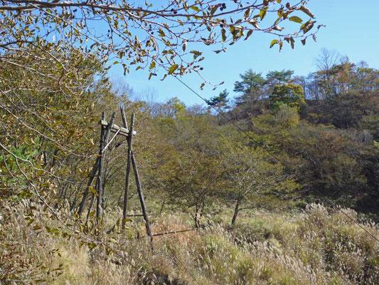 木造の、古い索道の櫓が、秋の陽射しの中、佇んでいました・・・