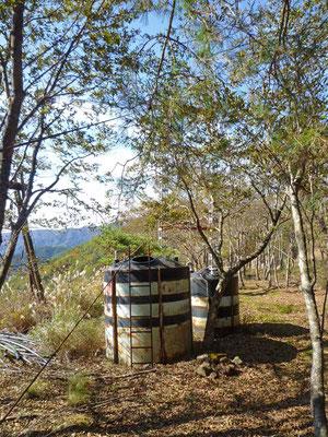 索道のワイヤー沿いに斜面を降りたところに放置されている、謎のタンク。