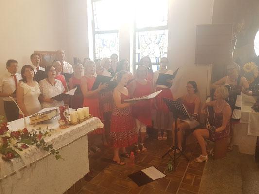 Beim Einsingen in der Kirche in Autal