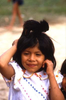 Ein Shipibo-Mädchen mit einem Shipi-Äffchen.
