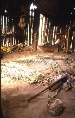 In der Hütte; hier wird auch geschlafen.