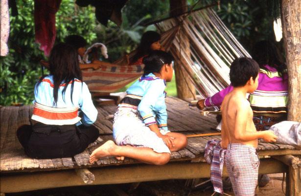 Shipiba-Frauen in ihren typischen Keidern