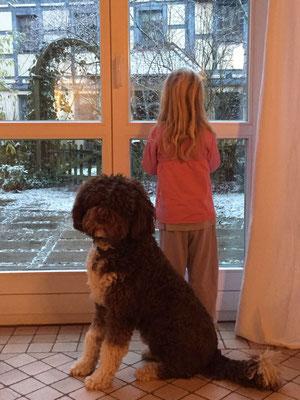 Gadi wartet mit seiner Freundin auf das Christkind