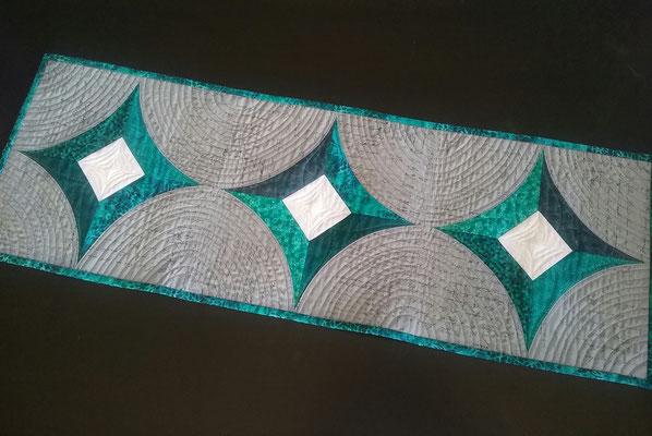 Tischläufer Smaragd,  genäht mit dem Quick Curve Ruler