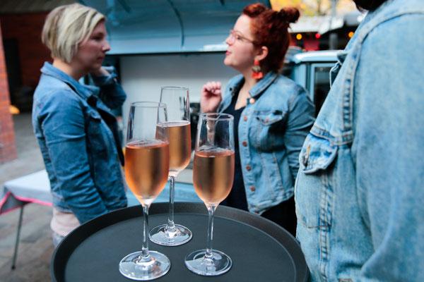 der Rosé Prosecco kommt aus einem Anbaugebiet in Baden, man erkennt wie er im Glas perlt